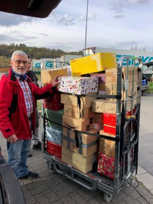 Foto zur Meldung: MGV und Frauenchor packen Weihnachtsgeschenke für die Ukraine