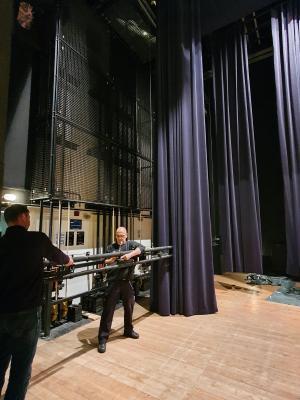 Christian Boethke (links) und Dietmar Drawe bei den Vorbereitungen für die Anbringung der neuen Vorhänge | Foto: Franziska Lenz