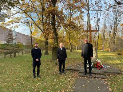 Vorschaubild zur Meldung: Stilles Gedenken zum Volkstrauertag: Blumenschmuck an der Gedenkstätte Reifenwerksiedlung niedergelegt