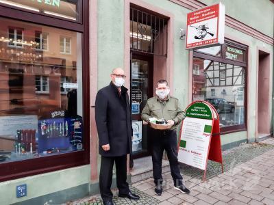 Bürgermeister Dr. Ronald Thiel gratuliert Axel Hammermeister zum 30-jährigen Bestehen seines Geschäftes. Foto: Sarah Schütte