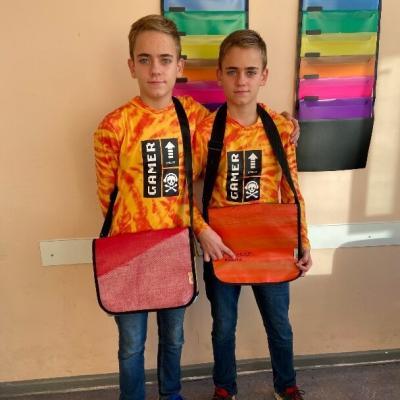 In diesem Schuljahr werden Jannik und Jonas zu Designern. Dann können wir sie demnächst hoffentlich anhand ihrer Taschen unterscheiden.