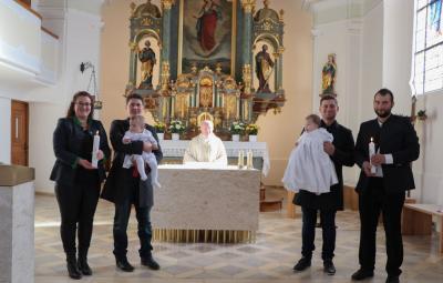 Foto zur Meldung: Zwillinge durch die Taufe in die Glaubensgemeinschaft aufgenommen