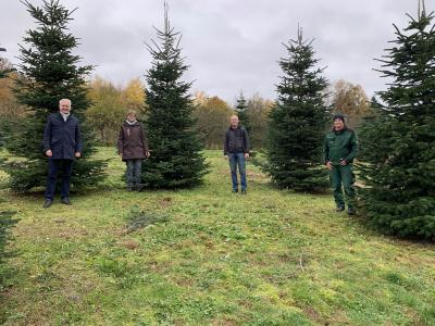 von links: Bürgermeister Andreas Weiher, Paula Nix - Baumschule Nix, Bauhofleiter René Kersten, Martin Nix