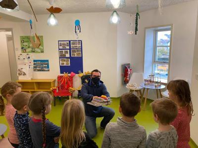Vorschaubild zur Meldung: Bücherübergabe an die Kindergärten