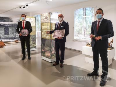 André Wormstädt (l.) präsentiert den Prignitztaler 2021. Dr. Ronald Thiel erhielt die erste, Museumsleiter Lars Schladitz (r.) die zweite Prägung. Foto: Beate Vogel