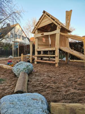 Das neue Spielhaus lädt zum toben, klettern und verstecken ein.