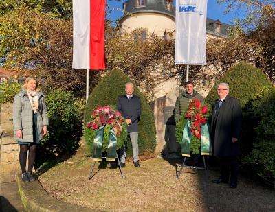 von links: Pfarrerin Beate Rilke, Bürgermeister Andreas Weiher, Erster Stadtrat Oliver Peetz, VdK-Vorsitzender Alfred Dörsch am Ehrenmal in der Innenstadt