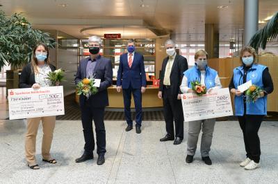 Foto zur Meldung: Tag des Ehrenamtes: Preisträger erhalten Auszeichnung in diesem Jahr per Post / Vertreter von zwei Vereinen nehmen Schecks entgegen