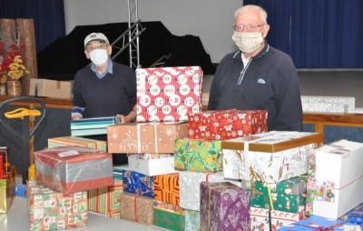 """Für die Aktion der Puschendorfer Diakonie-Gemeinschaft """"Weihnachtsfreude für rumänische Kinder"""" engagieren sich seit vielen Jahren Peter Jahn (links) und Walter Henkenhaf unermüdlich."""