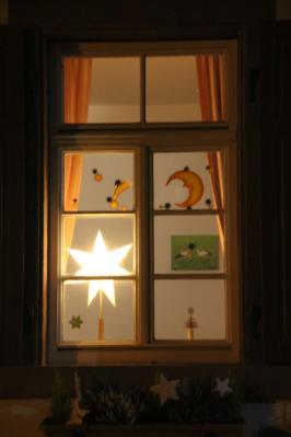 Foto zur Meldung: Schulhaus und DGH werden zum Adventskalender!