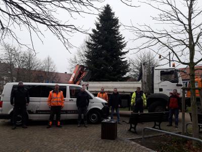 Foto zur Meldung: Aufstellung des Weihnachtsbaumes in Genthin