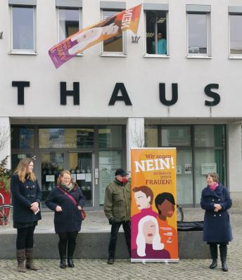 Antigewalttag: Nein zu Gewalt an Frauen! Fahne am Fürstenwalder Rathaus gehisst