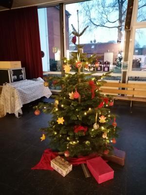 Foto zur Meldung: Weihnachtliche Stimmung in unserer Aula