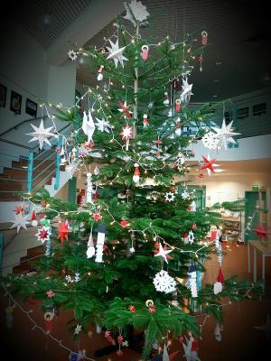 Weihnachtsbaum im Foyer der Gemeindeverwaltung Karstädt