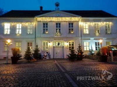 Der Pritzwalker Marktplatz ist weihnachtlich dekoriert. Foto: Heike Fuchs/Stadt Pritzwalk