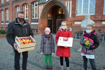 Detlef Franke vom Prignitzer Kartoffel-Handel & Fruchtvertrieb bringt regelmäßig frische Äpfel für die Jahnschule  I Foto: Martin Ferch