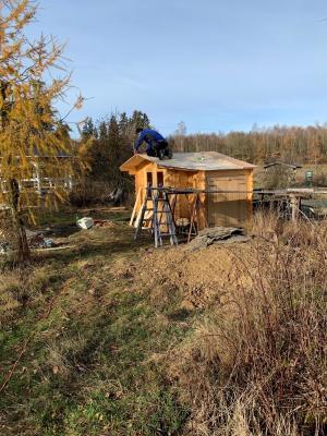 Meerschweinchenhaus wird für den Winter vorbereitet