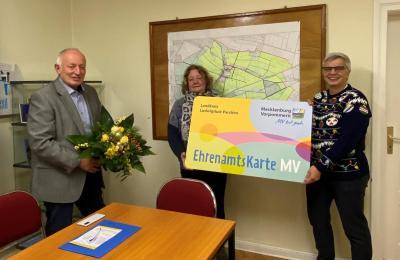 Rosemarie Möller (Mitte) wurde von Angelika Lübcke und Bürgermeister Helmut Seyer die Ehrenamtskarte des Landes MV überreicht