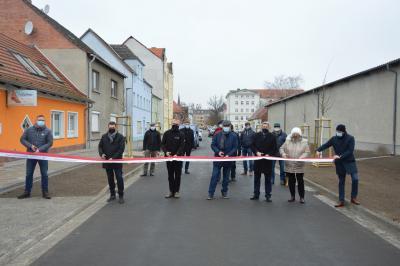 Bürgermeister Dr. Oliver Hermann, Stadtverordnete und Vertreter der am Bau beteiligten Firmen durchschnitten das Band in der Zimmerstraße I Foto: Martin Ferch