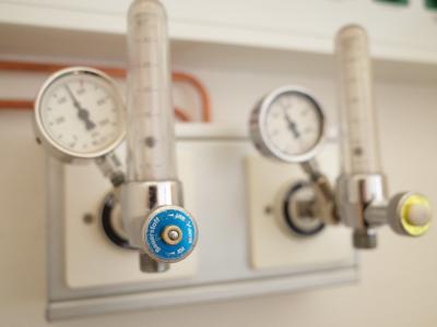 Abschlussprüfung von neuen Sauerstoffanschlüssen im Pandemiebereich des Klinikums Niederlausitz.. © KNL / Kristin Dolk