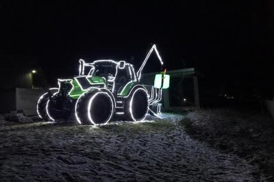 Foto zur Meldung: Weihnachts-Traktoren verzaubern auf dem Markt