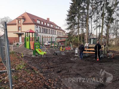 Wer den Fußweg am Hagen benutzt, bekommt schon einen Eindruck vom künftigen Spielplatz. Foto: Beate Vogel