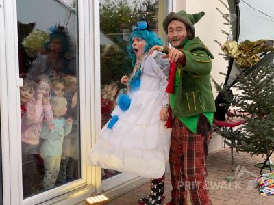 """Das """"Glasscheibentheater"""" der """"Zauberwerkstatt"""" aus Königs Wusterhausen erfreute die Kinder der Kita """"AllerHand"""". Foto: Andreas König/Stadt Pritzwalk"""