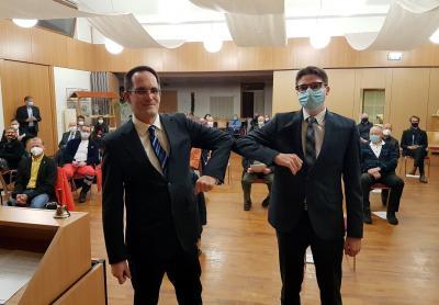 Der Vorsitzende der Gemeindevertretung Dr. Axel Schreiber vereidigt den neuen Bürgermeister Timo Lübeck. Statt des obligatorischen Handschlags gab es coronabedingt einen Ellenbogencheck. (Fotos: Nadine Maaz).