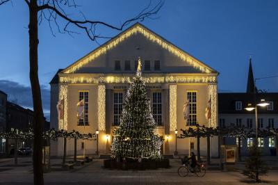 Das Kultur- und Festspielhaus mit dem Weihnachtsbaum I Foto: Jens Wegner
