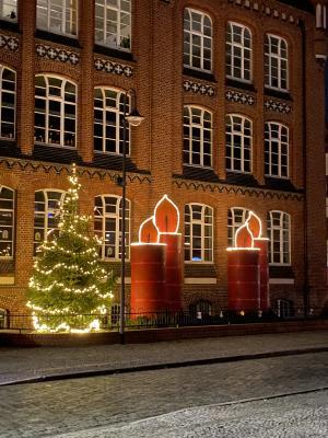 Vier Kerzen schmücken den Vorgarten der Jahnschule I Foto: Steffen Gitter