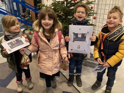 """Kinder aus der Kindertagesstätte """"Haus der kleinen Strolche"""" freuen sich über ihre Bastelsets I Foto: Johanna Gumz"""