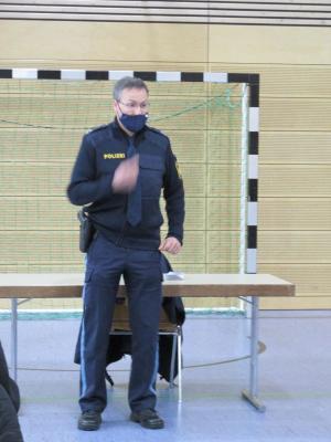 Unterricht mit Polizeihauptmeister Carsten Landgraf