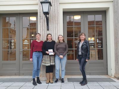 Künstlerin Imke Stotz mit ihren Töchtern und Marita Fritsch (r) I Foto: Franzikska Lenz