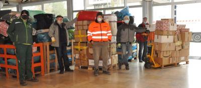 Kräftig anpacken mussten die Helfer beim Verpacken der neun Tonnen Weihnachtspäckchen für den Transport nach Rumänien.