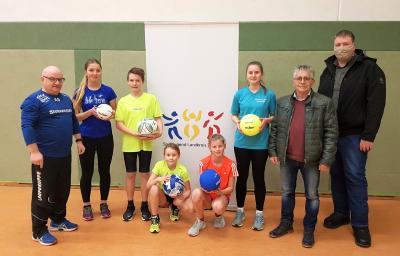 Das Foto zeigt den 1.Vorsitzenden des SC Laage, Uwe Michaelis, und Andreas Habermann (re.) mit Laager Kindern und den Geschenken. Foto: Julia Casper