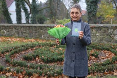 Foto zur Meldung: Ehrung und Übergabe des Ehrenamtspokals an Frau Gabi Schleicher