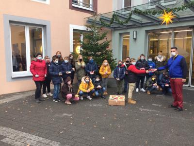 Schülerinnen und Schüler bringen den Bewohnern des Puricelli Stifts Licht in eine dunkle Zeit