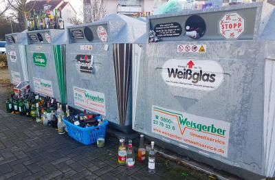 Foto zur Meldung: Altglascontainer nicht überfüllen  Leere Flaschen und Gläser während der Feiertage vernünftig entsorgen