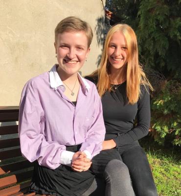 Foto zur Meldung: Alina Kiehl und Charlotte Scholz sind die neuen FSJlerinnen der Gemeinde Nauheim im Bereich Kultur