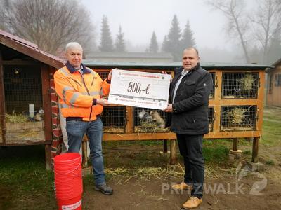 Björn Zillmann, Marktleiter des Hagebaumarktes, übergab eine Spende für den Streicheltierhof an Bernd Raschke vom Amt für Stadtentwicklung. Foto: Beate Vogel.