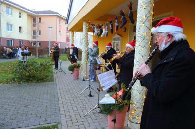 Mitglieder des Berliner Bläserchors vor dem Seniorenstift in Hönow. Foto: Pro Hoppegarten