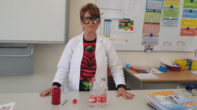 Frau Rattey erklärt ein Experiment für das Homeschooling