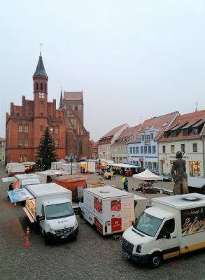 Foto zur Meldung: Wochenmarkt zu den Feiertagen am Mittwoch