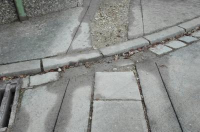 Mit solchen Stolperfallen und Straßenschäden müssen die Puschendorfer noch recht lange leben.