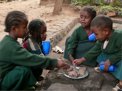 Die äthiopischen Waisenkinder im Kloster Sebeta erhalten einheitliche Kleidung und regelmäßige Mahlzeiten wie hier das landestypische Fladenbrot Injera.