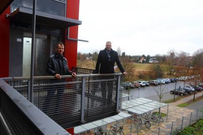 Kay Juschka und Bürgermeister Sven Siebert auf der S-Bahnh-Brücke, dahinter ist ein Teil des KWO-Geländes zu sehen
