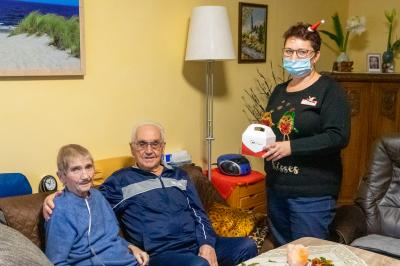 Martina Kalas (stellvertretende Pflegedienstleiterin der Sozialstation in Wittenberge) überreicht Anita und Hermann Kriegel das Präsent der AWO Prignitz