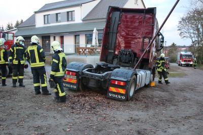 Foto zu Meldung: LKW-Rettungsaktion in Lehnin