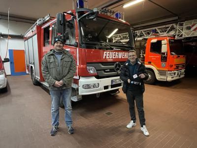 Steven Rügebrecht und Niklas Henschke vom Vorstand des Stadtverbands übergeben die Mützen.