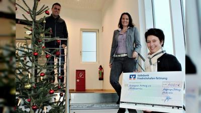Peter Probst und Patricia Hermann übergeben die Spende an Karin Winkler (von links) vom Hospizverein. (Foto: Eberhard Schweizer)